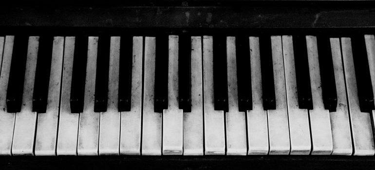 A close up of a piano keyboard.