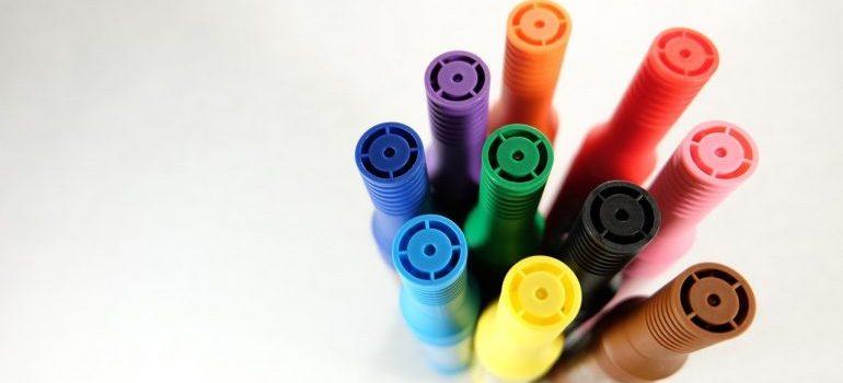 Color pens.